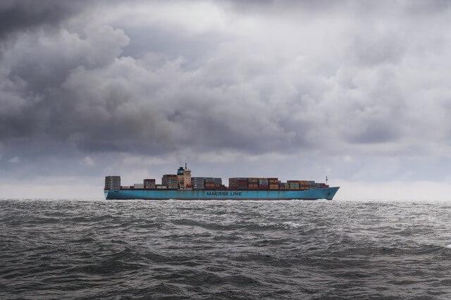 Превоз на товари с автомобил, самолет, влак и кораб