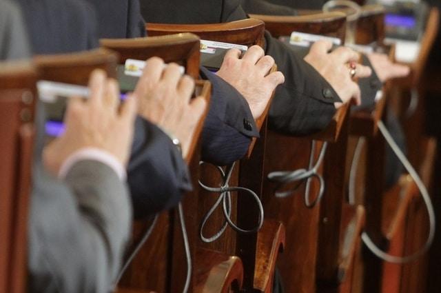 как се приемат законите в българския парламент
